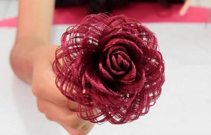 Невероятной красоты роза из обыкновенной атласной ткани