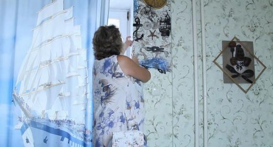 Мастерица сняла обои со стены и постирала их с порошком